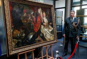 إحدى خمس لوحات مسروقة اعادتها اوكرانيا إلى هولندا اثناء حفل في كييف يوم الجمعة. تصوير: جليب جرنيتش - رويترز (للاستخدام التحريري فقط ويحظر بيعها أو الاحتفاظ بها في الارشيف)